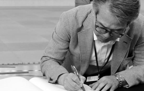 Embukai II Hiroyuki Makiuchi san signant el llibre de visites
